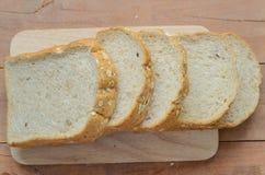 Brödsnitt för helt vete på skivor Arkivfoton
