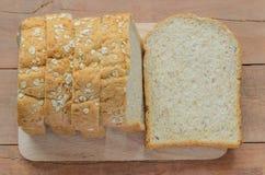 Brödsnitt för helt vete på skivor Arkivbilder