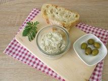 Brödspridning av gröna oliv och gräddost Arkivfoton