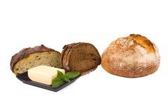 Brödstycken och smör på plattan som isoleras på vit Royaltyfri Fotografi
