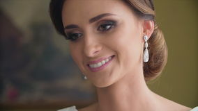 Bröllopörhängen på en kvinnlig lager videofilmer