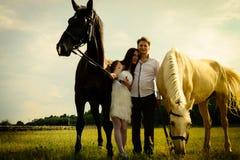 Bröllop av lyckliga near hästar för ovanliga par Royaltyfria Bilder