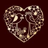 Bröllop av två fåglar bland blommorna Openwork hjärtakrans av blommor Laser-klipp eller omkullkastamall Arkivbild