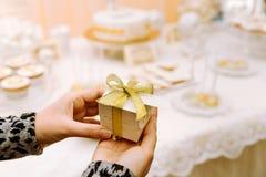 Bröllop Bonbonniere med det guld- bandet Royaltyfri Bild