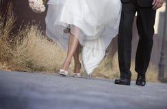 Bröllop, bruden och brudgummen går tillsammans Fotografering för Bildbyråer