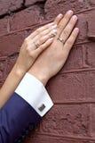 bröllop Brudens hand vilar på brudgummens hand Precis gift pars händer tillsammans royaltyfri fotografi