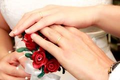 Bröllop Buque med härliga röda blommor och pärlor arkivfoton