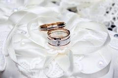 bröllop dekor Skor för brud` s, en härlig bröllopbukett, cirklar, boutonnieren och smycken läggas beautifully ut på a royaltyfria foton