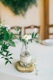 Bröllop dekorerad flaska med blomman Arkivfoto