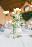 Bröllop dekorerad flaska med blomman Royaltyfria Bilder