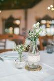 Bröllop dekorerad flaska med blomman Royaltyfri Fotografi