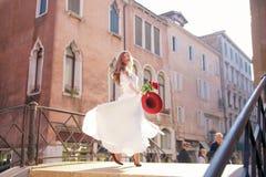 bröllop Den unga europeiska bruden går i Venedig italy royaltyfria bilder