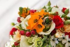 Bröllop eller förlovningsring på banch av blommor Royaltyfria Foton