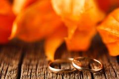 bröllop för band för inbjudan för blomma för elegans för bakgrundsgarneringdetalj Röda sidor på den red ut tabellen med att gifta Royaltyfri Foto