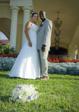 bröllop för blandad race för par Arkivbilder