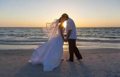 Bröllop för brud- och brudgumMarried Couple Sunset strand Arkivbilder