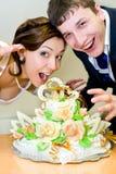 bröllop för brudbrudgumcake arkivbild