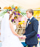 bröllop för brudceremoniblomma Brudgum och brud tillsammans Arkivbilder