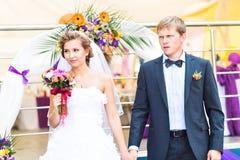 bröllop för brudceremoniblomma Brudgum och brud tillsammans Royaltyfri Bild