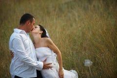 bröllop för förälskelse för brudbrudgumkyss Arkivbild
