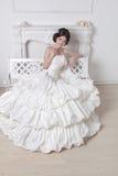 bröllop för klänningfragmentbeställning Stående av den härliga brudbrunettkvinnan Weddi Royaltyfria Foton