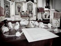 bröllop för präst s för kyrkligt exponeringsglasevangelium öppet ortodoxt royaltyfri foto