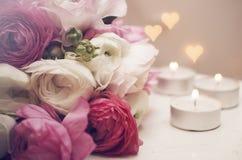 bröllop för romantiskt symbol för inbjudan för bakgrundseleganshjärtor varmt Blommor med stearinljus och romantiskt ljus Royaltyfria Bilder