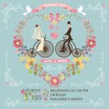bröllop för romantiskt symbol för inbjudan för bakgrundseleganshjärtor varmt Brud brudgum på den retro cykeln Arkivfoton