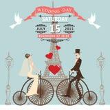 bröllop för romantiskt symbol för inbjudan för bakgrundseleganshjärtor varmt Brudbrudgum på den retro cykeln Arkivbild