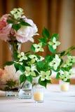 bröllop för tabell för inställning för ordningsblommaserie Fotografering för Bildbyråer