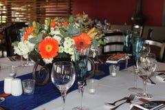 bröllop för tabell för pargarneringdockor exponeringsglas inverterat Fotografering för Bildbyråer