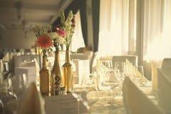 bröllop för tabell för pargarneringdockor exponeringsglas inverterat Royaltyfria Bilder
