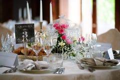 bröllop för tabell för pargarneringdockor exponeringsglas inverterat royaltyfri fotografi