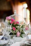 bröllop för tabell för pargarneringdockor exponeringsglas inverterat arkivfoto