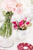 bröllop för tabell för pargarneringdockor exponeringsglas inverterat Royaltyfria Foton