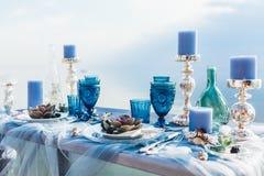 bröllop för tabell för pargarneringdockor exponeringsglas inverterat Royaltyfri Foto