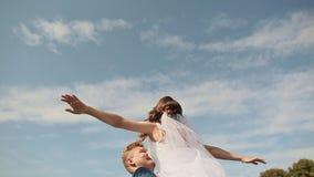 bröllop för tappning för klädpardag lyckligt Fyrverkerier från trädsidor Brudgummen lyfter bruden som är lycklig och cirklar en l arkivfilmer