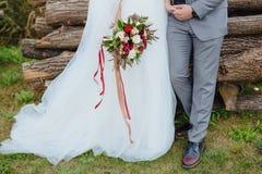 bröllop för tappning för klädpardag lyckligt Brudgummen i en dräkt och bruden i en stående sida för vit klänning - förbi - sidoin Royaltyfria Bilder