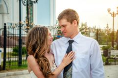 bröllop för tappning för klädpardag lyckligt Det lyckliga paret som ser in i de ` s, synar Det lyckliga ung flickainnehav hänger  Royaltyfri Bild