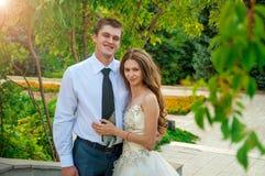 bröllop för tappning för klädpardag lyckligt Lyckliga par in i parkera Det lyckliga ung flickainnehav hänger lös på en vitbakgrun Arkivfoto