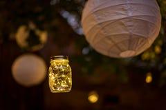 bröllop ficklampor girlander landskap på trädet royaltyfria bilder