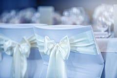 bröllop Gifta sig stolar i rad dekorerade med guld- gul colo Arkivfoto