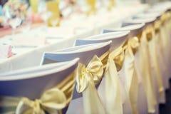 bröllop Gifta sig stolar i rad dekorerade med guld- gul colo Royaltyfria Foton