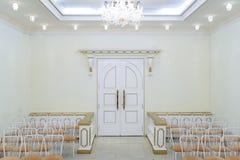 Bröllop Hall i ljusa färger med en chic ljuskrona på taket royaltyfri fotografi