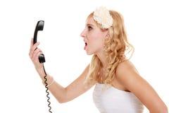 bröllop Ilsken kvinnaraseribrud som talar på telefonen Arkivfoto