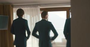 Bröllop på Montenegro Traditionell europeisk ceremoni Morgon för mottagandet 4K Groomsmen hjälper brudgummen till pålagt lager videofilmer