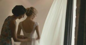 Bröllop på Montenegro Traditionell europeisk ceremoni Morgon för mottagandet 4K Modern hjälper att charma blondinen arkivfilmer