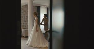 Bröllop på Montenegro Traditionell europeisk ceremoni Morgon för mottagandet 4K Modern hjälper att charma blondinen lager videofilmer