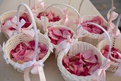 Bröllop ställde in garnering under mottagande - erbjuda rosa och vit färg - utomhus- kronblad arkivbild