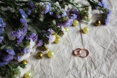 bröllop Vigselringar på kraft arkivbilder